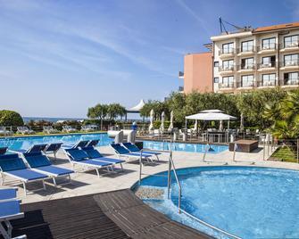 Grand Hotel Diana Majestic - Diano Marina - Bể bơi