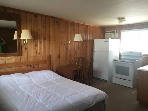 Waters Edge Motel - Alpena - Bedroom