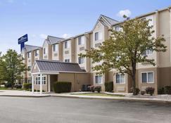 Microtel Inn & Suites by Wyndham Louisville East - Louisville - Building