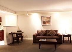 Century Plaza Hotel & Spa - Vancouver - Living room