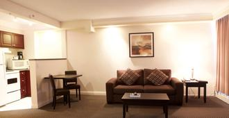 Century Plaza Hotel & Spa - Vancouver - Living room