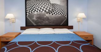 Super 8 by Wyndham Huntington - Huntington - Bedroom
