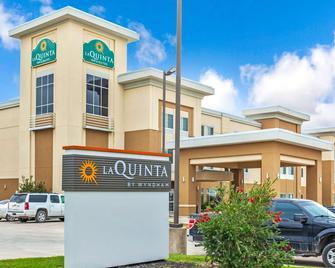 La Quinta Inn & Suites by Wyndham Gonzales TX - Gonzales - Building