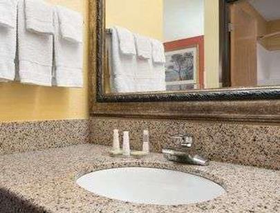 Baymont by Wyndham, Springfield - Springfield - Bathroom