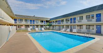 Motel 6 Wichita Airport - וויצי'טה - בריכה