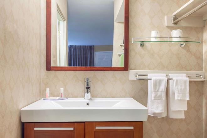 Howard Johnson by Wyndham Kingston - Kingston - Bathroom