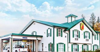 Super 8 by Wyndham 100 Mile House - 100 Mile House - Building