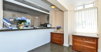 Americas Best Value Inn Oakland Lake Merritt - Oakland - Front desk