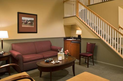 Longfellows Inn And Restaurant - Saratoga Springs - Living room