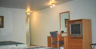 New Horizon Motel - Christina Lake - Bedroom