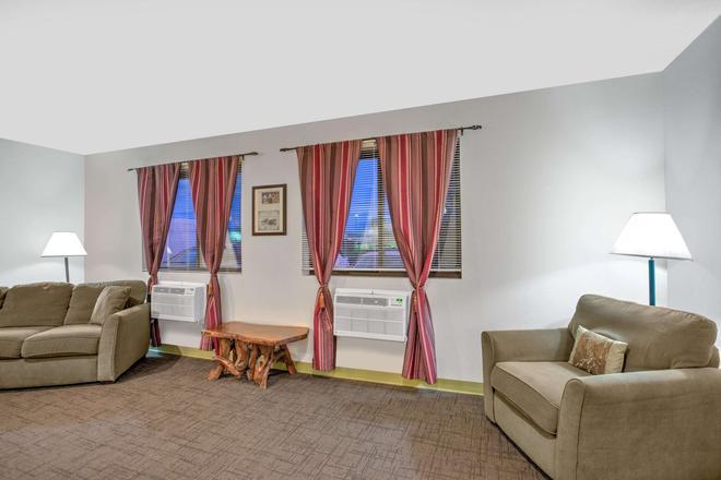 Super 8 by Wyndham Ticonderoga - Ticonderoga - Living room