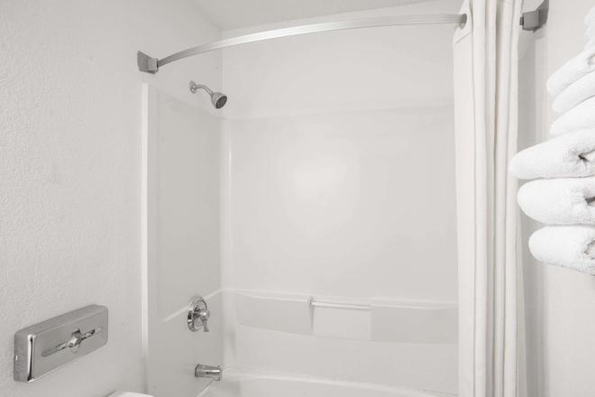 Super 8 by Wyndham Ticonderoga - Ticonderoga - Bathroom