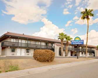 Days Inn & Suites by Wyndham Needles - Needles - Building