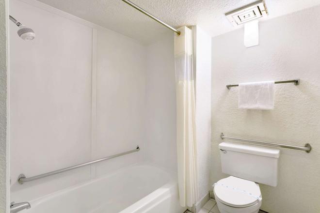 Days Inn & Suites by Wyndham Needles - Needles - Bathroom