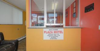 Plaza Inn - Peabody - Front desk