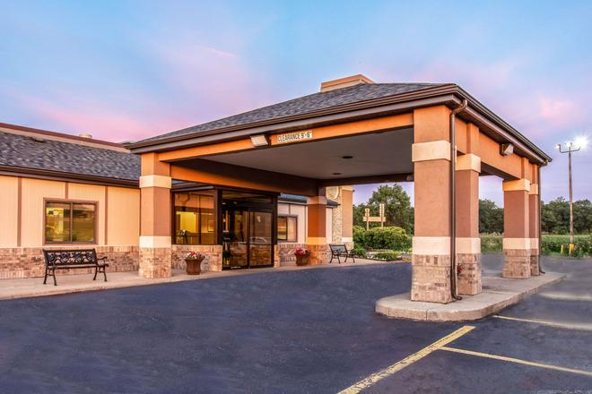Quality Inn and Suites Muskegon - Muskegon - Building