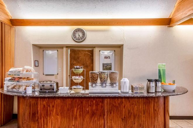 Quality Inn and Suites Muskegon - Muskegon - Buffet