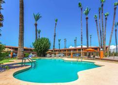 Howard Johnson by Wyndham Phoenix Airport/Downtown Area - Phoenix - Pool