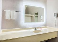 Howard Johnson by Wyndham Phoenix Airport/Downtown Area - Phoenix - Bathroom