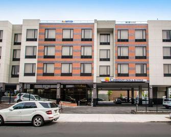 Comfort Inn & Suites near Stadium - Bronx - Building