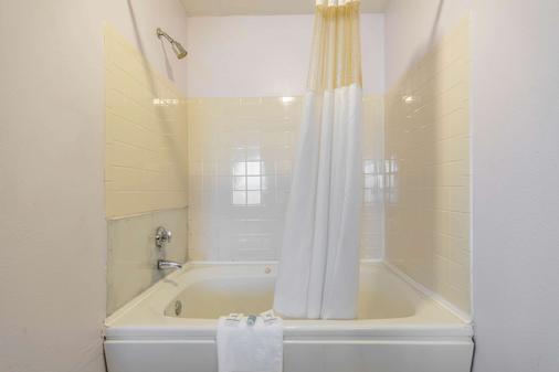 Rodeway Inn Louisville - Louisville - Bathroom