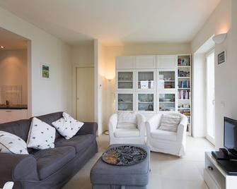 Contemporary 3 Bed Italian Lakes Villa. Lake Views. Wifi. Bbq - Massino Visconti - Living room