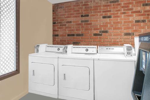 Days Inn by Wyndham Meridian - Meridian - Laundry facility