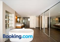 Whitsunday Reflections Apartments - Airlie Beach - Bathroom