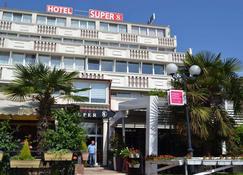 スーパー 8 ホテル - スコピエ - 建物