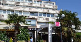 Hotel Super 8 - Σκόπια - Κτίριο