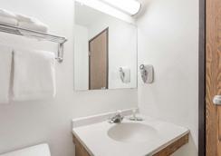 Super 8 by Wyndham Hampton - Hampton - Bathroom