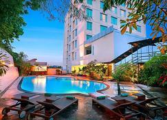 Swiss-Belhotel Maleosan Manado - Manado - Zwembad