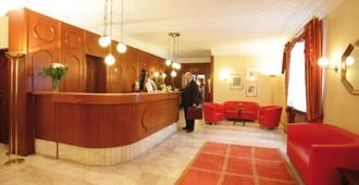 Hotel Carmen - Munich - Front desk