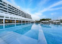 Crowne Plaza Muscat - Mascate - Piscina