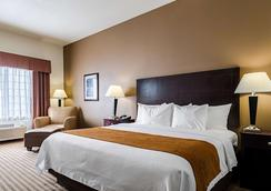 Comfort Inn & Suites Lawrence - University Area - Лоуренс - Спальня