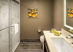 DoubleTree by Hilton Toronto Airport - Toronto - Bathroom