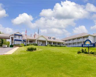 Days Inn by Wyndham Petoskey - Petoskey - Building