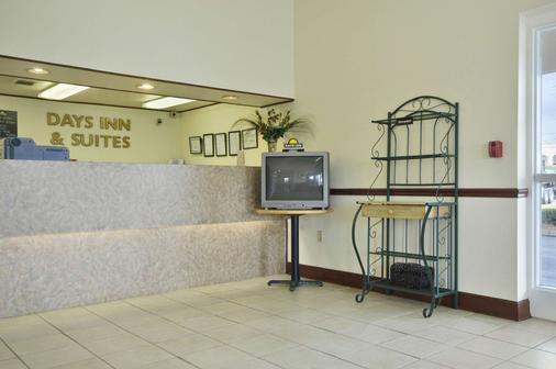 Days Inn & Suites by Wyndham Mobile - Mobile - Front desk