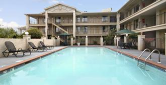 Days Inn & Suites by Wyndham Mobile - Mobile - Pool