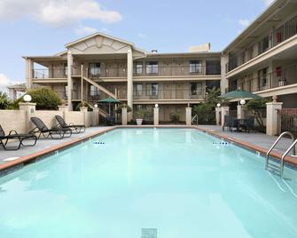 Days Inn & Suites by Wyndham Mobile - Mobile - Piscina