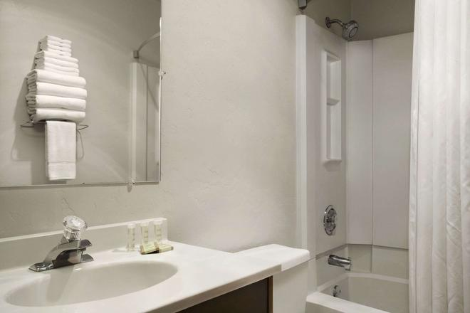 Super 8 by Wyndham Portland Airport - Portland - Bathroom