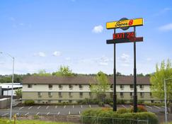 Super 8 by Wyndham Portland Airport - Portland - Building