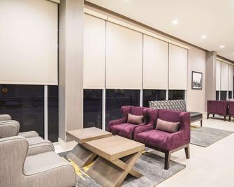 La Quinta Inn & Suites by Wyndham Clifton Park - Clifton Park - Лоббі