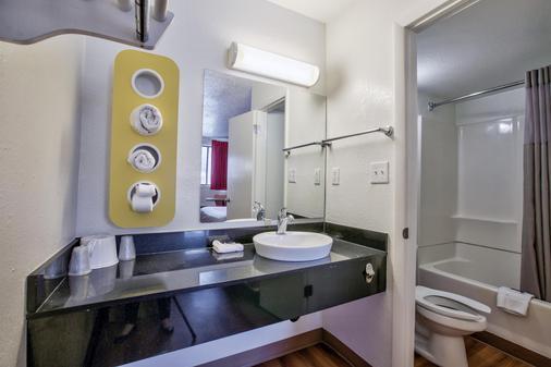Motel 6 Tallahassee - Tallahassee - Bathroom