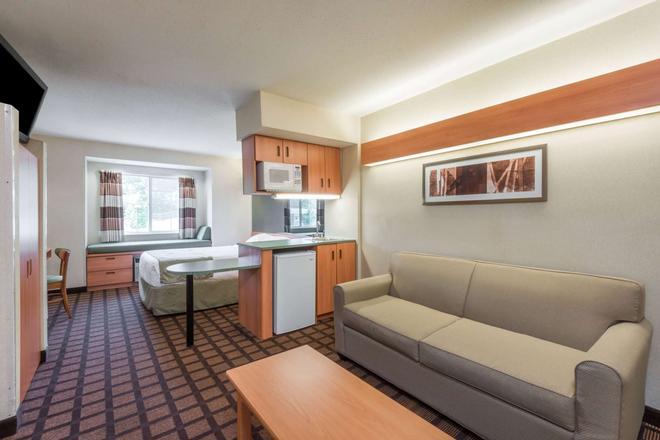 Microtel Inn & Suites by Wyndham Uncasville - Uncasville - Wohnzimmer