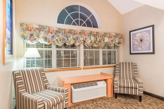 Microtel Inn & Suites by Wyndham Uncasville - Uncasville - Lobby