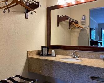 Econo Lodge - Forest City - Koupelna