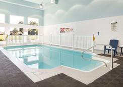 Days Inn by Wyndham Leamington - Leamington - Pool