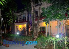 Wild Horizons Guest House - Sauraha - Outdoors view