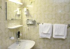 Hotel Astoria - Stuttgart - Bathroom